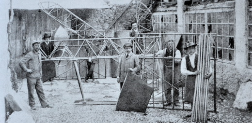 An early phase of the construction of the Caproni Ca.1 in Arco, Italy, late 1909 or early 1910.