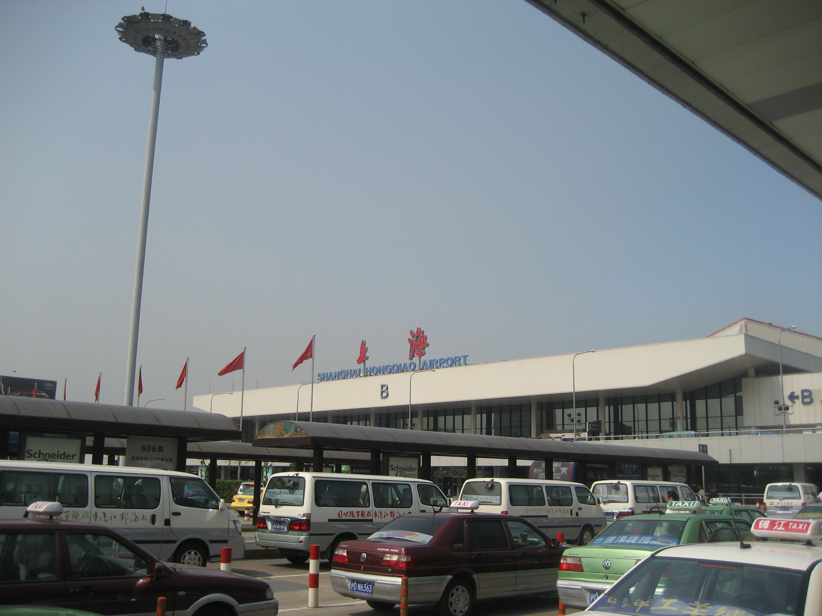 how to get to hongqiao airport from pudong