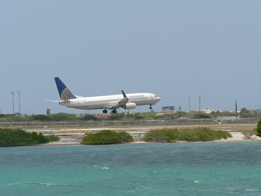 A Continental Airlines Boeing 737-800 landing