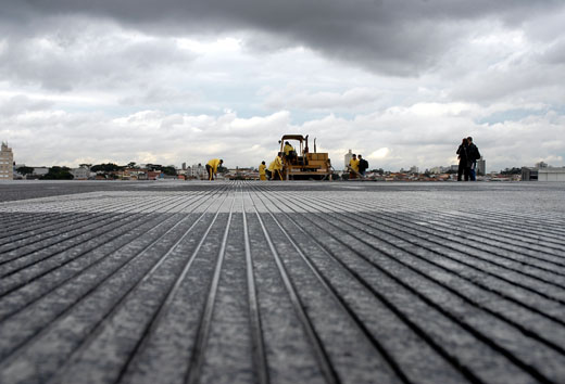 Workers adding grooves to the main runway at Congonhas Airport in 2007