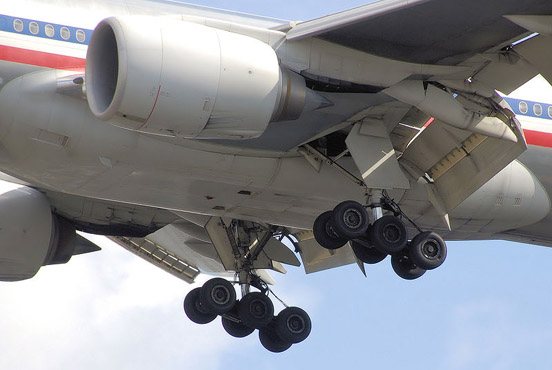 The main undercarriage of an American Airlines Boeing 777-200ER, a few seconds before landing.