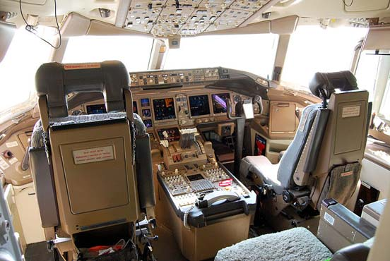 Glass cockpit of an American Airlines 777-200ER