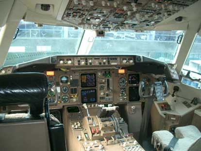 Two-crew cockpit of an AeroMexico Boeing 767-300ER
